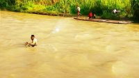 Aksi Heroik Polisi Donggala bantu Warga Seberangi Sungai ini Bikin Haru