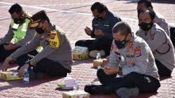 Kapolda Sulteng Lesehan Makan Nasi Kotak Bersama Anggota