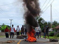 Tuntut Bupati Donggala Lengser, Pendemo Blokir Jalan Nasional dan Bakar Atribut Partai