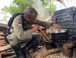 Begini Potret Jendral Polisi Turun Tangan Saat Memasak Nasi